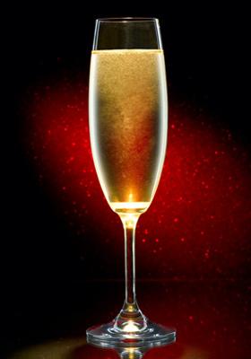 Un Champagne Cocktail servi dans une flûte à champagne pour les ...